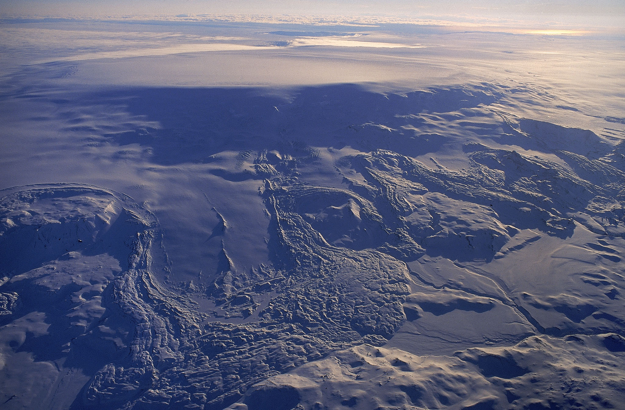 An aerial photo of the Vatnajökull glacier directly above the Bárðarbunga volcano, showing its ice-filled caldera.