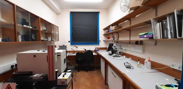Picture of the lab where the Horiba LabRAM is housed
